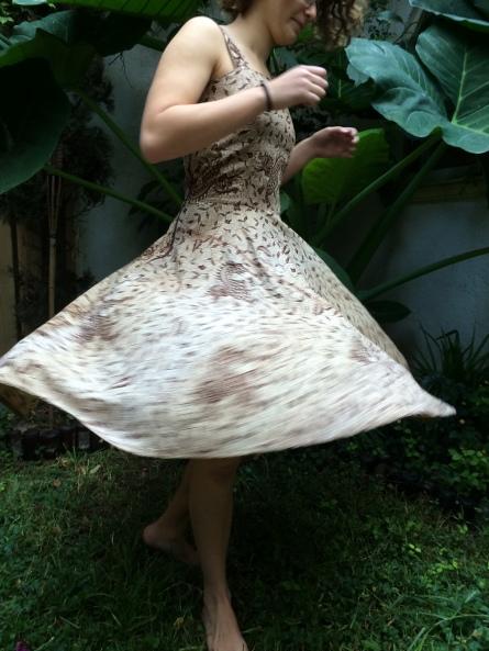 Una sábana de una tienda de segunda mano, en un vestido