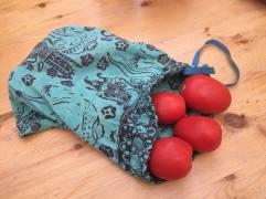 Un pareo, en una bolsa para fruta en el mercado.