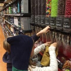 Mis duendes eligiendo dulces a granel y poniéndolos en nuestras bolsas de tela.
