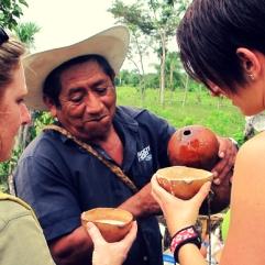 Un campesino de la comunidad de Ek Balam, Yucatán sirve el pozole con coco a turistas francesas visitando su milpa (Crédito: Samuel Jouault, 2011)