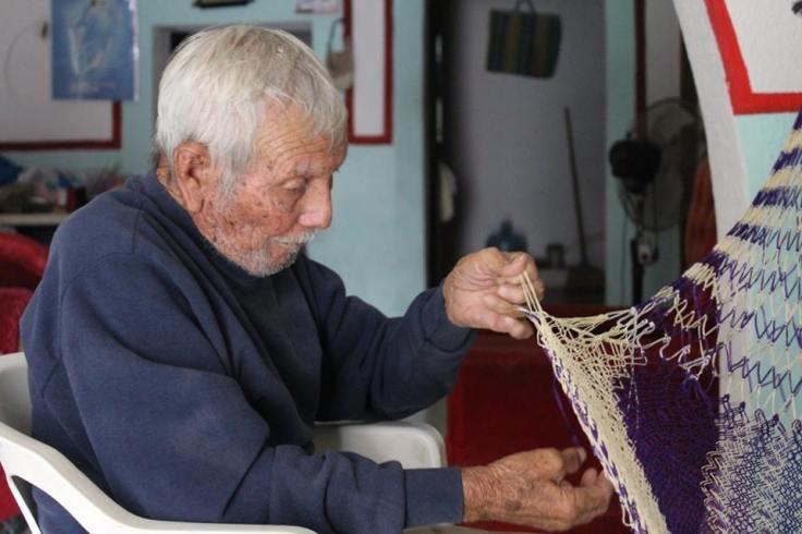 Don Melquiades tejiendo hamacas, en Sisal Yucatán. Foto Rodrigo Trejo